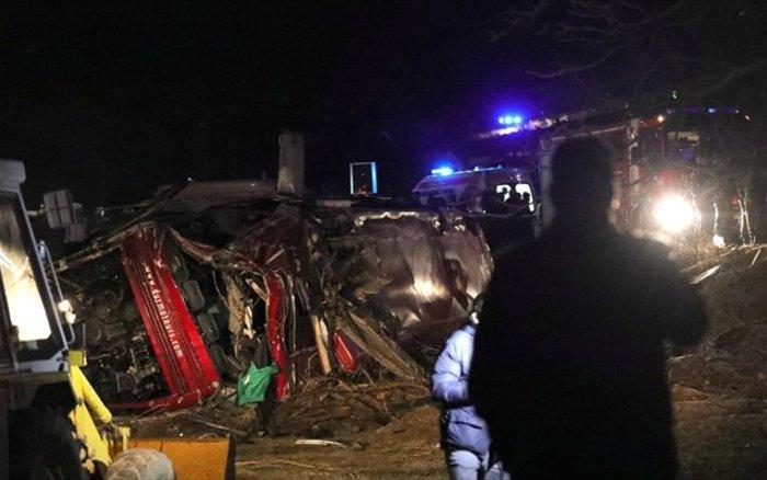 Στους 14 οι νεκροί από ανατροπή λεωφορείου έξω από τα Σκόπια (φωτό)