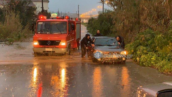 «Ποτάμια» οι δρόμοι σε Χανιά και Ρέθυμνο-κλειστά σχολεία