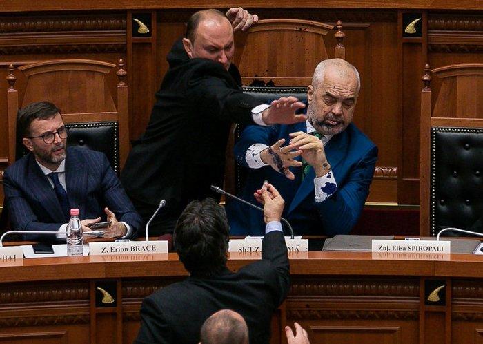 Επίθεση στον Ράμα με μπογιά σε συζήτηση για τη Β.Μακεδονία - Βίντεο