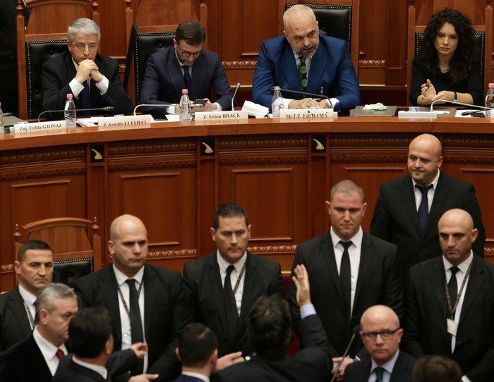 Επίθεση στον Ράμα με μπογιά σε συζήτηση για τη Β.Μακεδονία - Βίντεο - εικόνα 2