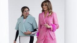 """Απίστευτα σχόλια για το look της Μελάνια: """"Μπουρνούζι φοράει;"""""""