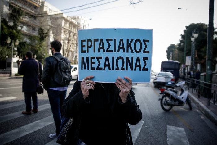 Καθιστική διαμαρτυρία στη Βουλή από καθαρίστριες του Δρομοκαΐτειου (φωτό)