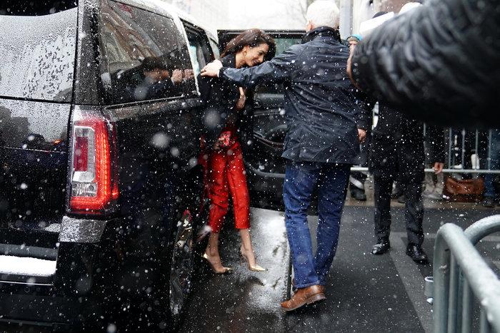 Αμάλ Κλούνεϊ: Τολμηρή εμφάνιση με κόκκινη φόρμα στο baby shower της Μέγκαν