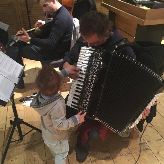 Ο μόλις 2 ετών Σταύρος Ξαρχάκος junior παίζει... πιάνο και ακορντεόν [φωτο] - εικόνα 3