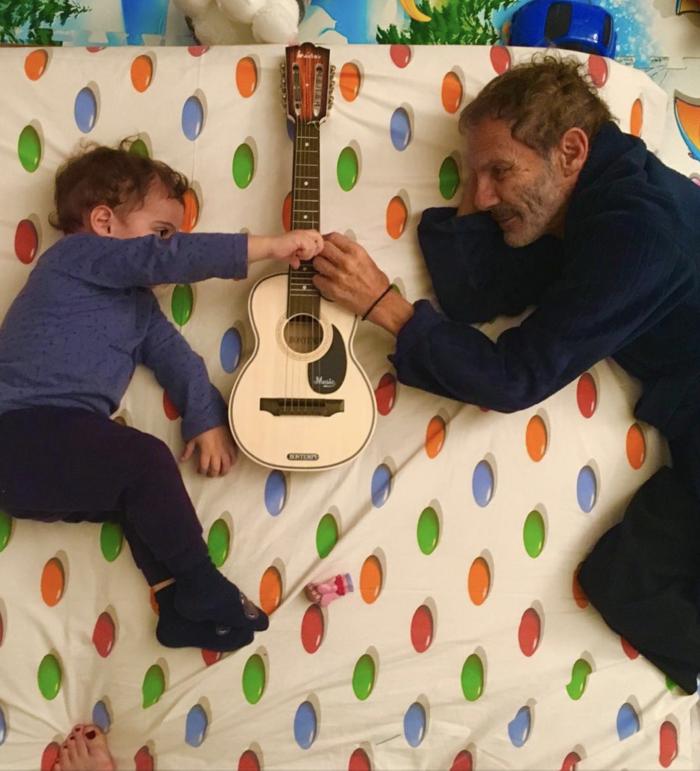 Ο μόλις 2 ετών Σταύρος Ξαρχάκος junior παίζει... πιάνο και ακορντεόν [φωτο] - εικόνα 2
