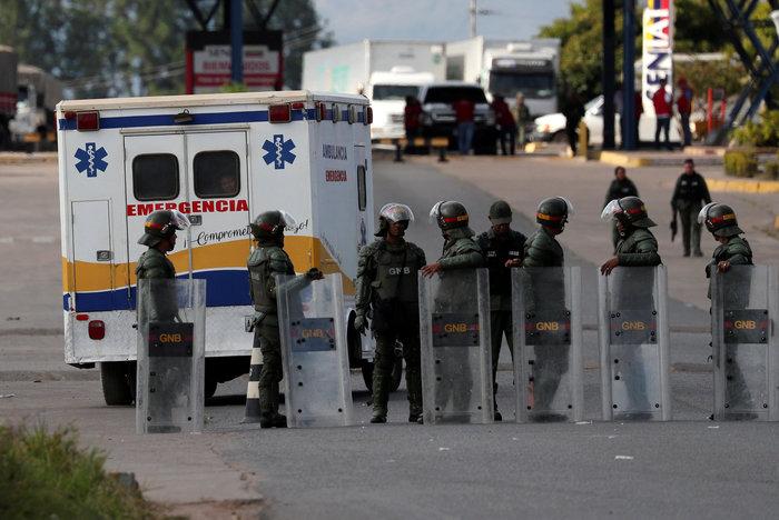 Χάος στη Βενεζουέλα, έκλεισαν τα σύνορα με την Κολομβία