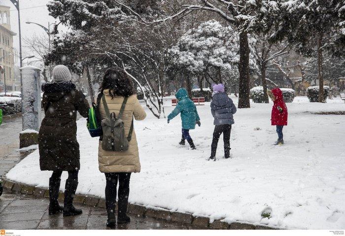 Χιόνια στη Β. Ελλάδα - Εγκλωβίστηκαν οικογένειες στην Πάρνηθα