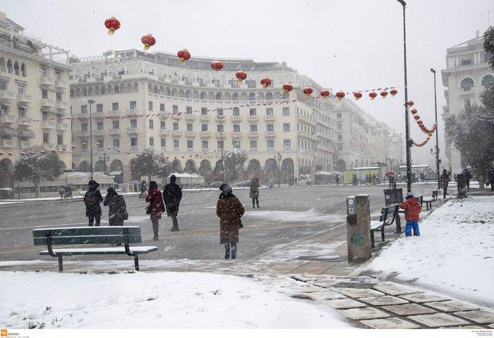 Χιόνια στη Β. Ελλάδα - Εγκλωβίστηκαν οικογένειες στην Πάρνηθα - εικόνα 2