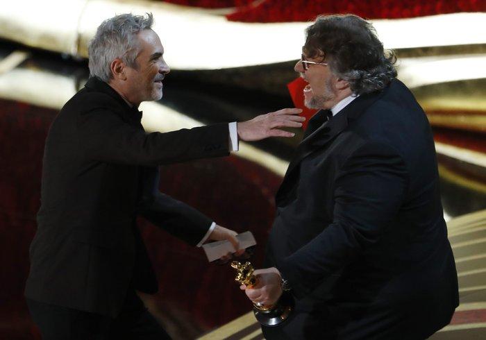 Καλύτερος σκηνοθέτης ο Αλφόνσο Κουαρόν που παίρνει το βραβείο από τον περσινό νικητή Γκιγιέρμο ντελ Τόρο