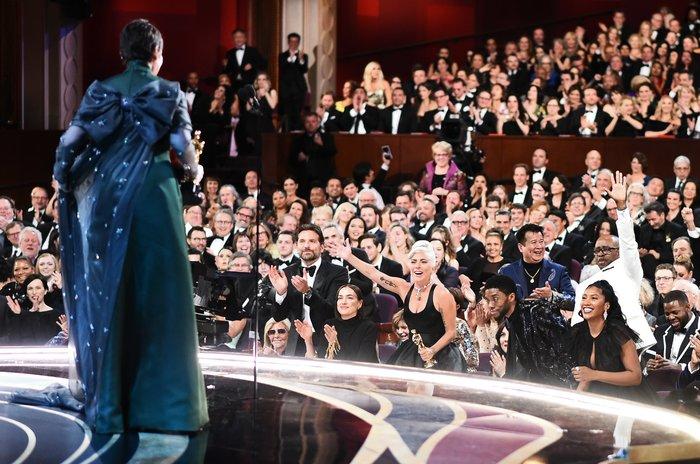 Η Lady Gaga, όρθια, επευφημεί την Ολίβια Κόλμαν