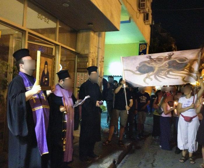 Δρώμενο - διαμαρτυρία για την καταδίκη του blogger Γερόντα Παστίτσιου το 2014 στα Εξάρχεια.
