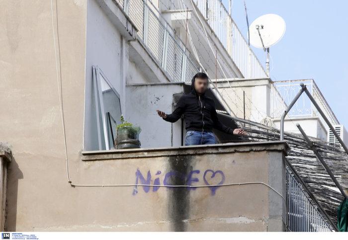 Εξάρχεια: Νεαρός άνδρας απειλεί να πέσει στο κενό