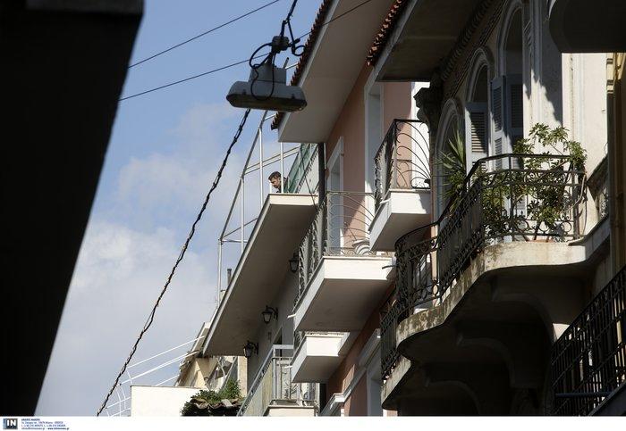 Εξάρχεια: Νεαρός άνδρας απειλεί να πέσει στο κενό - εικόνα 2