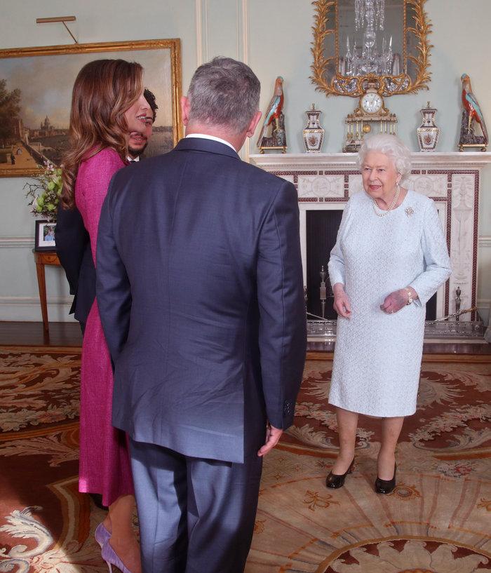 Η πανέμορφη βασίλισσα Ράνια «υποκλίθηκε» στην 92χρονη βασίλισσα Ελισάβετ