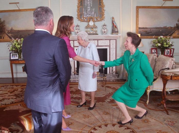 Η πανέμορφη βασίλισσα Ράνια «υποκλίθηκε» στην 92χρονη βασίλισσα Ελισάβετ - εικόνα 3