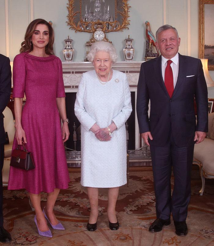Η πανέμορφη βασίλισσα Ράνια «υποκλίθηκε» στην 92χρονη βασίλισσα Ελισάβετ - εικόνα 5