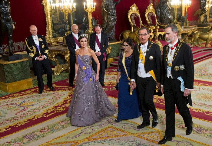 Η βασίλισσα Λετίσια με απίθανο οσκαρικό λουκ μέσα στο παλάτι [Εικόνες]