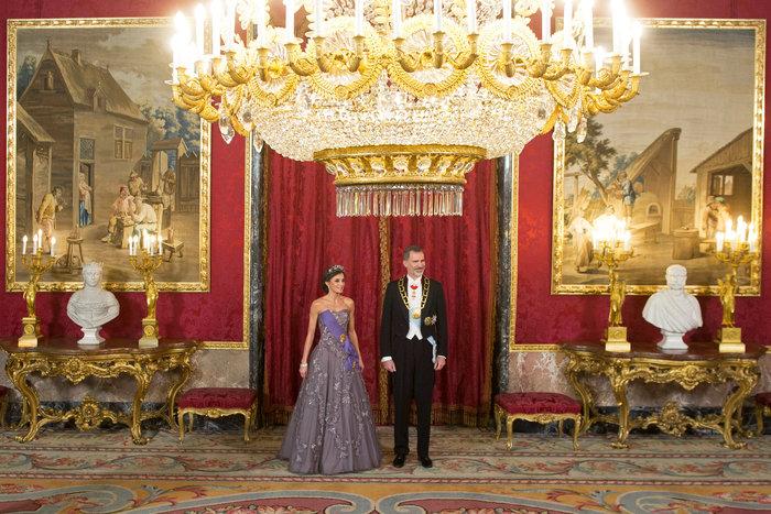 Η βασίλισσα Λετίσια με απίθανο οσκαρικό λουκ μέσα στο παλάτι [Εικόνες] - εικόνα 2
