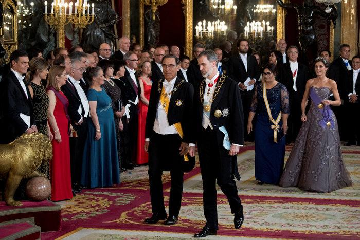 Η βασίλισσα Λετίσια με απίθανο οσκαρικό λουκ μέσα στο παλάτι [Εικόνες] - εικόνα 3