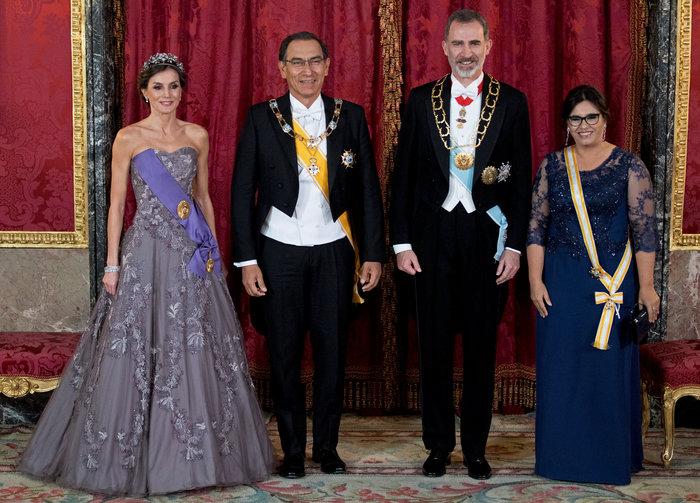 Η βασίλισσα Λετίσια με απίθανο οσκαρικό λουκ μέσα στο παλάτι [Εικόνες] - εικόνα 4