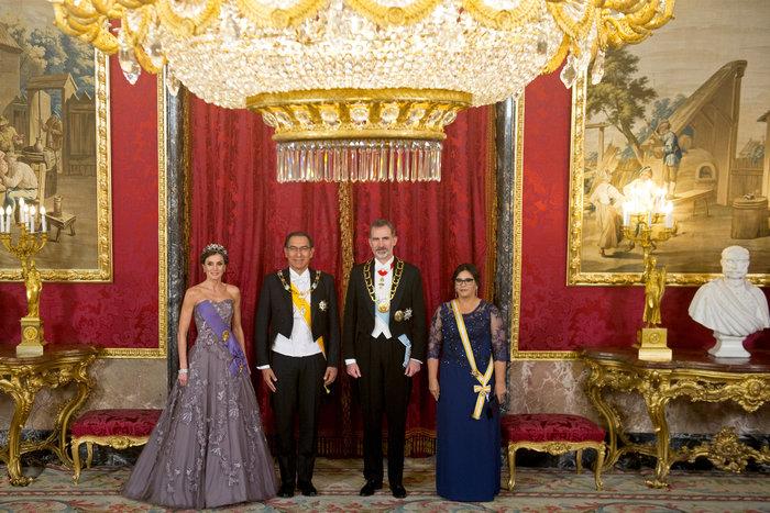 Η βασίλισσα Λετίσια με απίθανο οσκαρικό λουκ μέσα στο παλάτι [Εικόνες] - εικόνα 6