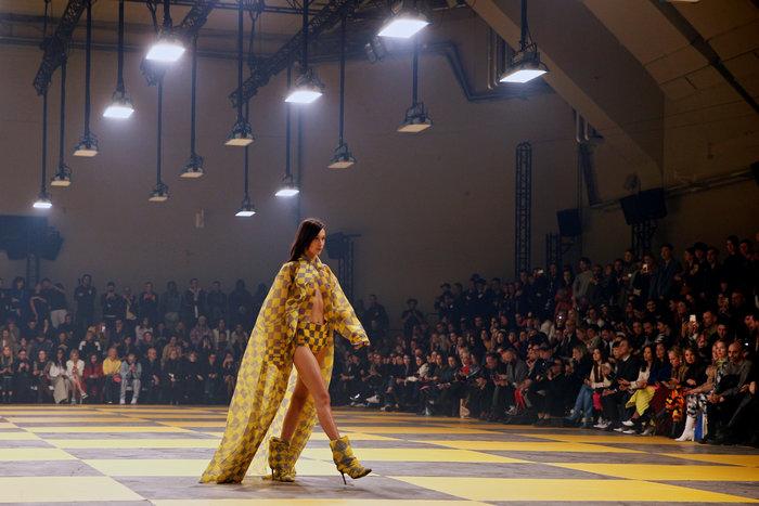 H Κάρλι Κλος, οι αδελφές Χαντίντ και το κομψό streetwear του Αμπλό - εικόνα 2