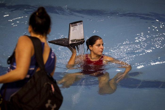Εικόνες σοκ στον αγώνα πόλο γυναικών Ολυμπιακός - Γλυφάδα-Εισβολή με ρόπαλα - εικόνα 2