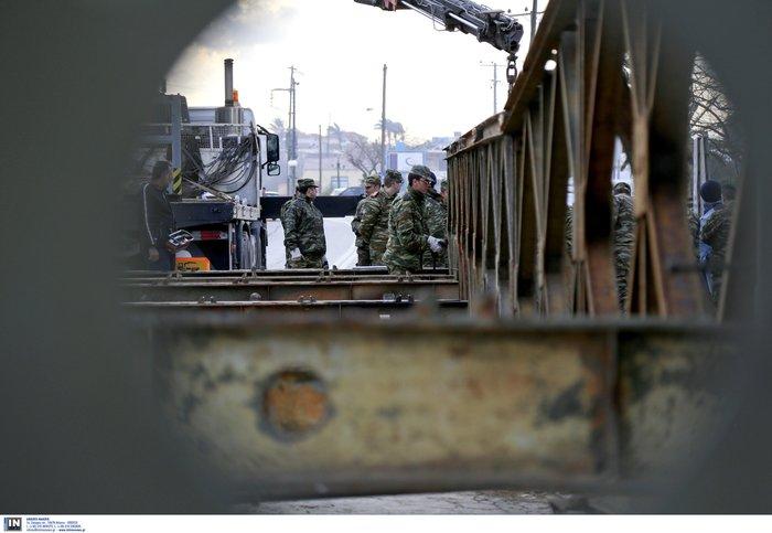 Τοποθετήθηκαν οι δύο στρατιωτικές γέφυρες στα Χανιά