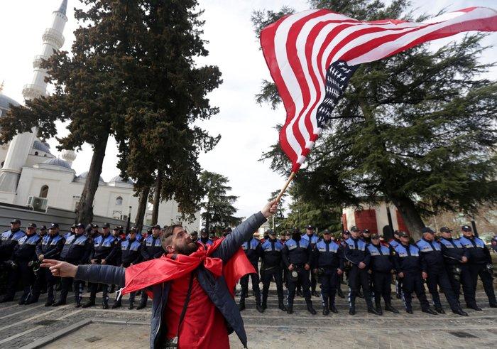 Αλβανία: Νέα συγκέντρωση στα Τίρανα - Ορκίστηκαν επιλαχόντες βουλευτές