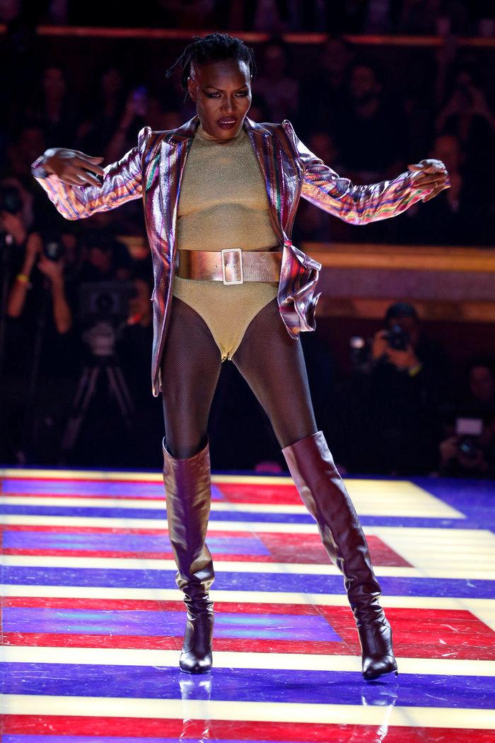 Η Grace Jones είναι μαγική- Κάνει πασαρέλα στα 70 της! - εικόνα 4