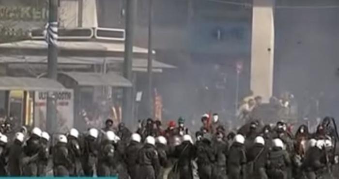 Τα γυρίσματα στο Σύνταγμα: Κλούβες, ΜΑΤ και «μάχες» με διαδηλωτές [εικόνες]