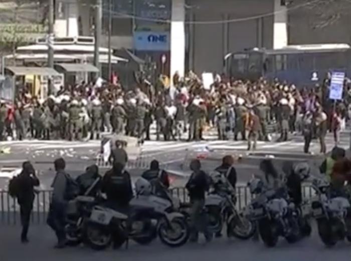 Τα γυρίσματα στο Σύνταγμα: Κλούβες, ΜΑΤ και «μάχες» με διαδηλωτές [εικόνες] - εικόνα 2