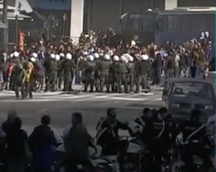 Τα γυρίσματα στο Σύνταγμα: Κλούβες, ΜΑΤ και «μάχες» με διαδηλωτές [εικόνες] - εικόνα 3
