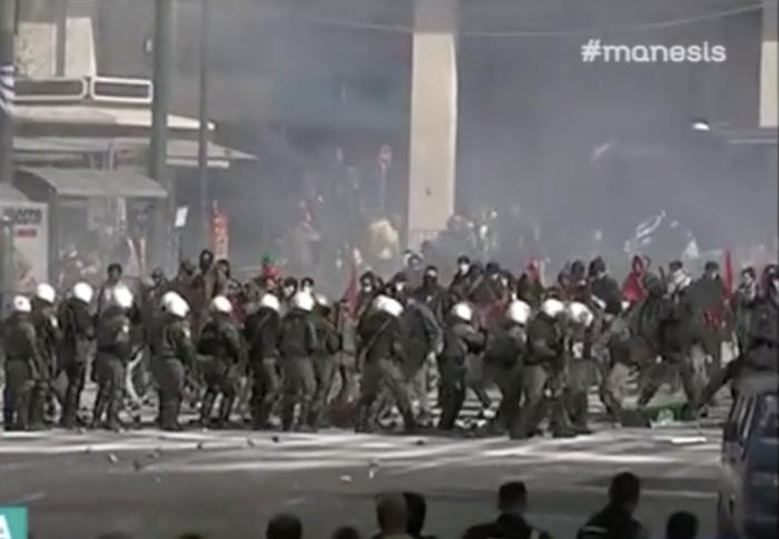 Τα γυρίσματα στο Σύνταγμα: Κλούβες, ΜΑΤ και «μάχες» με διαδηλωτές [εικόνες] - εικόνα 4
