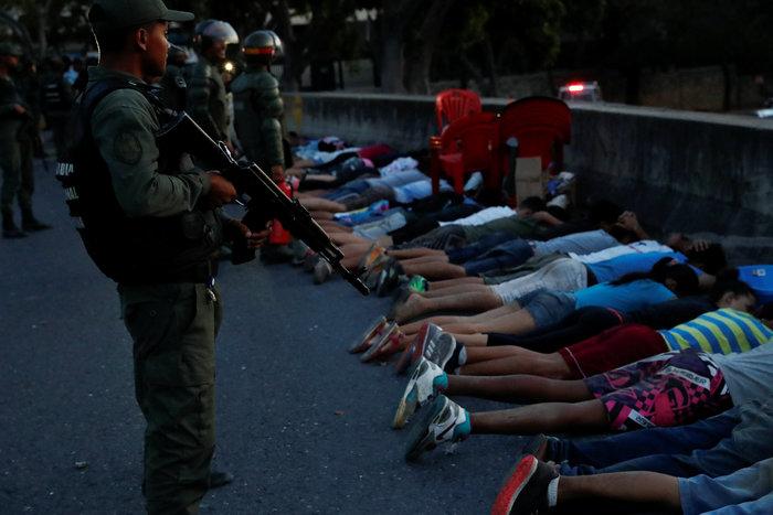 Στο σκοτάδι η Βενεζουέλα: Κατάσταση έκτακτης ανάγκης ζητά ο Γκουαϊδό