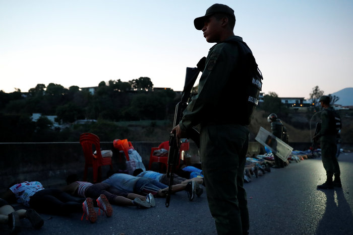 Στο σκοτάδι η Βενεζουέλα: Κατάσταση έκτακτης ανάγκης ζητά ο Γκουαϊδό - εικόνα 3
