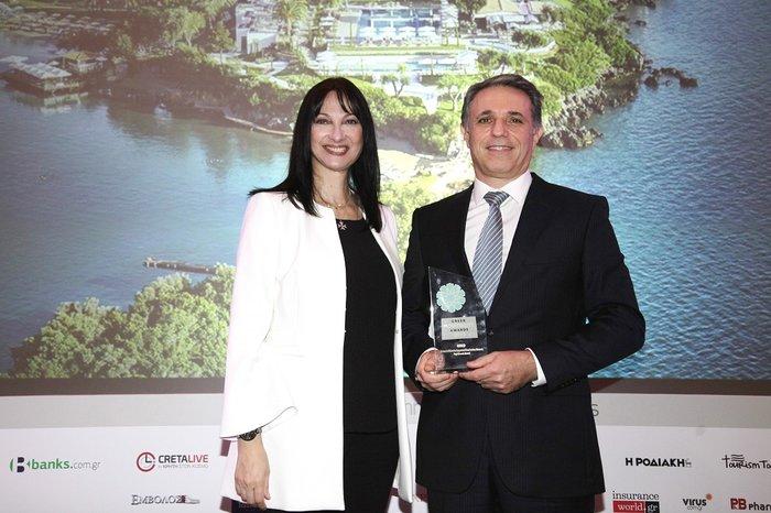 HκαΈλενα Κουντουρά, Αναπληρώτρια Υπουργός Τουρισμού παραδίδει το βραβείο TOP GREEK HOTEL στονκοΓιάννηΤσίχλη,GrecotelMarketingDirector