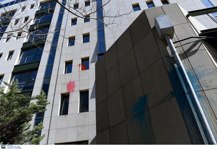 Ο Ρουβίκωνας επιτέθηκε με μπογιές στο υπουργείο Ανάπτυξης [video] - εικόνα 2