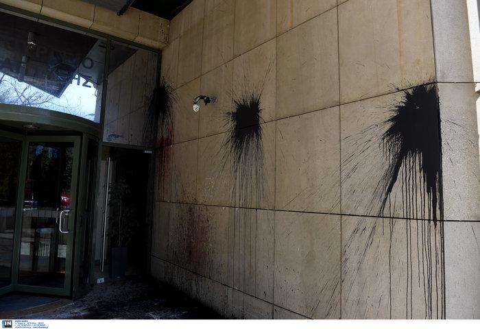 Ο Ρουβίκωνας επιτέθηκε με μπογιές στο υπουργείο Ανάπτυξης [video] - εικόνα 3