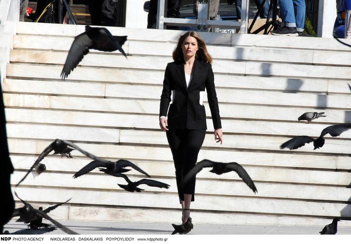 Ντούτσεν Κρος: Ο «άγγελος» της Victoria's Secret ποζάρει στο Σύνταγμα - εικόνα 3