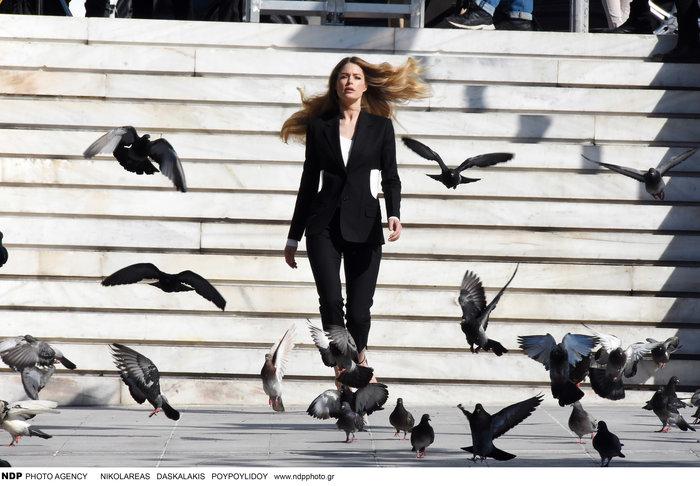 Ντούτσεν Κρος: Ο «άγγελος» της Victoria's Secret ποζάρει στο Σύνταγμα - εικόνα 4