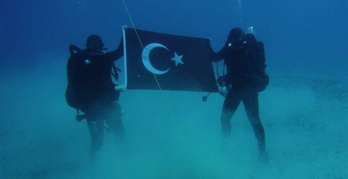 """""""Κατέβηκε"""" η φωτογραφία με τους Τούρκους δύτες στη Σούδα"""