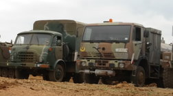 Σύγκρουση λεωφορείου του στρατού με φορτηγό χωρίς τραυματίες