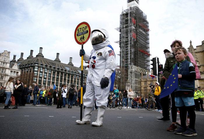Λονδίνο:Εκατοντάδες χιλιάδες στο δρόμο ζητούν νέο δημοψήφισμα για το Brexit - εικόνα 6