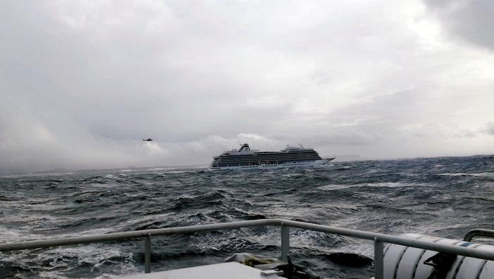 Νορβηγία: Επιβάτες απομακρύνονται με ελικόπτερα από το κρουαζιερόπλοιο - εικόνα 2