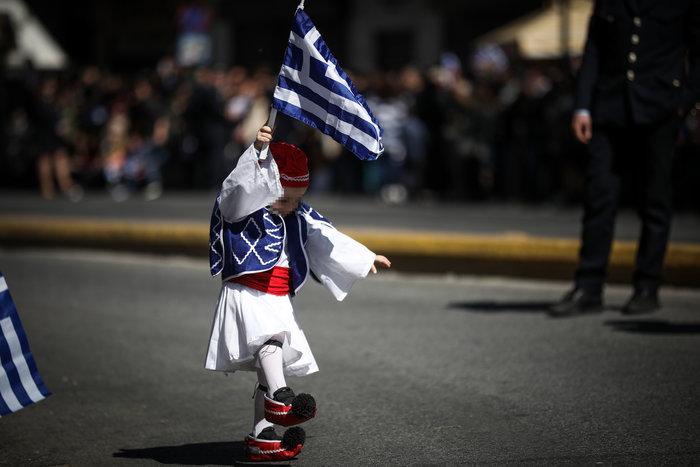 Παρέλαση 25ης Μαρτίου: Τα χαριτωμένα τσολιαδάκια που έκλεψαν την παράσταση - εικόνα 2