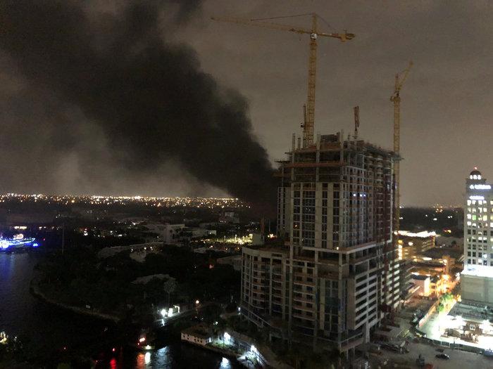 Φωτιά σε υποσταθμό βύθισε στο σκοτάδι το Φορτ Λόντερντεϊλ (φωτό)