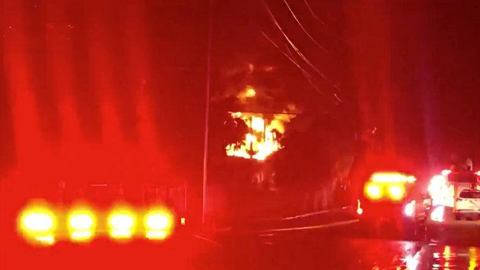 Φωτιά σε υποσταθμό βύθισε στο σκοτάδι το Φορτ Λόντερντεϊλ (φωτό) - εικόνα 2