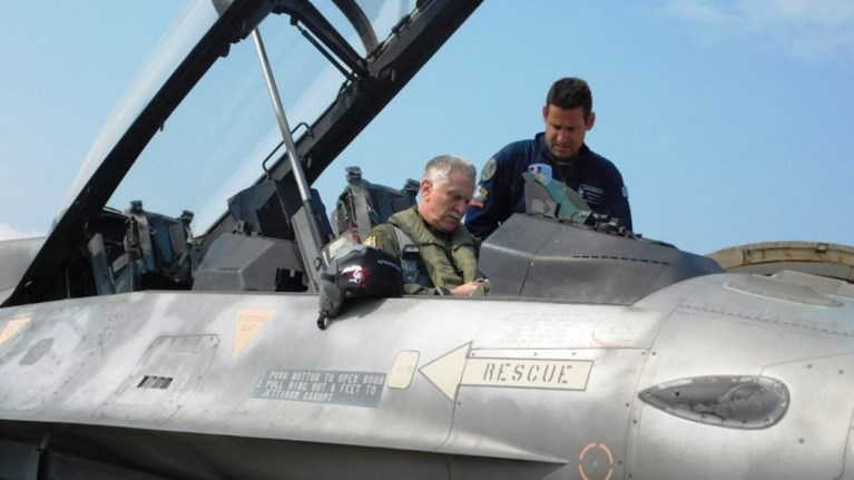 me-f-16-sti-limno-o-arxigos-geetha-me-ton-idio-piloto