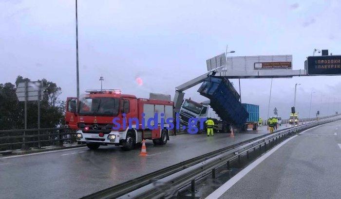Γέφυρα Ρίου – Αντιρρίου: Ο αέρας πήρε και σήκωσε καρότσα νταλίκας! - εικόνα 2